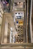 与购物人的楼梯间Selfridges百货商店的Lo 免版税库存图片