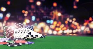 与赌博娱乐场的啤牌充足的皇家背景在选材台上切削 免版税库存照片