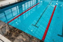 与赛马跑道或车道的游泳池 库存照片