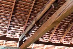 与赤土陶器瓦的木屋顶结构 免版税库存照片