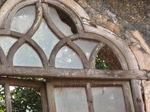 与赤土陶器的老窗口铺磁砖了屋顶 从果阿,印度的建筑细节 免版税库存照片