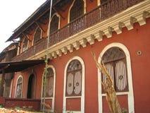 与赤土陶器的老窗口铺磁砖了屋顶 从果阿,印度的建筑细节 库存照片