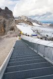 与走到Dachstein冰川的人的滑雪电缆车 免版税图库摄影
