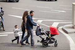 与走在路的婴儿推车的全家 巴塞罗那西班牙 库存图片
