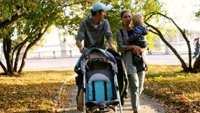 与走通过秋天公园的孩子的家庭 3840x2160 股票视频
