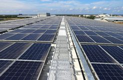 与走道的太阳PV屋顶系统 免版税图库摄影