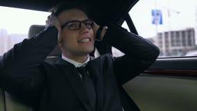 与起始的失败的失望的商人翻倒,乘坐豪华汽车 股票视频