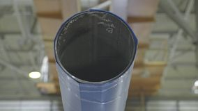与起重机一起使用在头顶上在钢仓库里 在吊车的管子推力 免版税库存图片