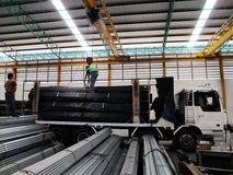 与起重机一起使用在头顶上在钢仓库里 免版税库存图片