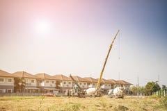 与起重机卡车的房屋建设 库存照片