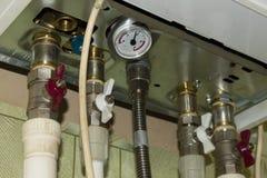 与起重机和压力传感器的通信连接了到热化锅炉在房子里 库存照片
