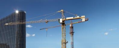 与起重机和玻璃摩天大楼的建设中站点大厦 免版税图库摄影