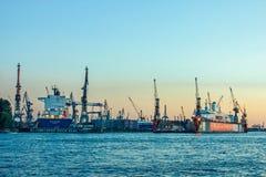 与起重机机器和集装箱船的造船厂和港口造船在汉堡德国 免版税库存图片
