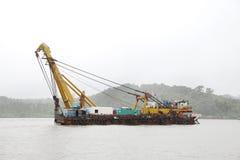 与起重机的吹嘘在Mandovi河 免版税库存图片