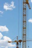 与起重机的大厦 免版税库存照片