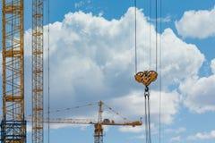 与起重机的大厦 免版税库存图片