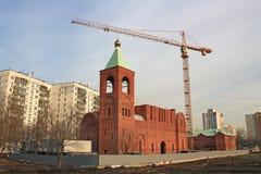 与起重机的教堂 免版税库存图片
