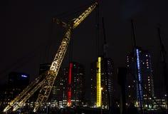 与起重机的现代高城市大厦 免版税库存图片