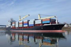 与起重机的集装箱船 免版税库存图片