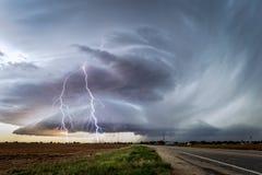 与超级单体雷暴和雷电的风雨如磐的天空 免版税库存图片