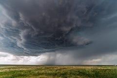 与超级单体雷暴的剧烈的风雨如磐的天空 库存照片