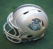 与超级杯XLVIII NY NJ主人委员会商标的橄榄球盔提出了超级杯XLVIII星期在曼哈顿 免版税库存照片