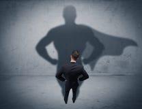 与超级英雄阴影的成功的商人 免版税库存照片