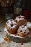 与越橘的自创燕麦松饼洒了在黑暗的背景的粉末 烘烤自创 健康的食物 免版税库存图片
