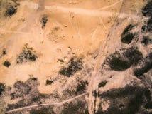 与足迹和干燥植物的桑迪干草原 库存照片