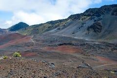 与足迹的Haleakala火山口在毛伊的Haleakala国家公园 免版税库存照片