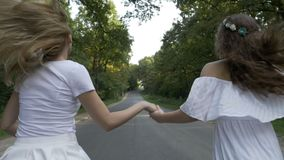 与跑在森林乡下公路的女朋友的自由概念- 股票视频