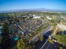 与路、大厦、公园和停车场的空中城市视图 图库摄影