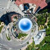 与路、房子和大厦的空中城市视图 免版税库存图片