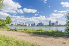 与路、河和房子的城市风景 免版税图库摄影
