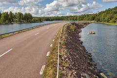 与路、湖和森林海岛的芬兰风景 芬兰 库存照片