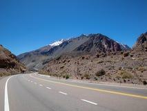 与路一起的安地斯mountaines在门多萨,阿根廷 库存照片