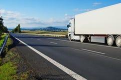 与路和卡车的风景 免版税库存图片