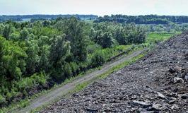 与路和岩石的生产地区 图库摄影