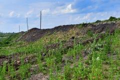 与路和岩石的生产地区 免版税库存照片