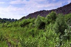 与路和岩石的生产地区 库存图片