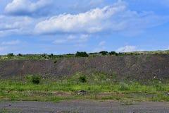 与路和岩石的生产地区 免版税图库摄影