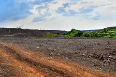 与路和岩石的生产地区 免版税库存图片