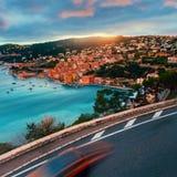 与路和汽车的法国coatline 免版税库存图片