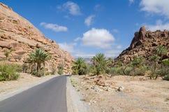 与路导致天际的,摩洛哥,北非的美好的离开的山风景 库存照片