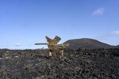 与路标`旅游轨道-火`山的黑熔岩荒野在Timanfaya国家公园,兰萨罗特岛,金丝雀入口的我 库存照片