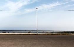 与路灯柱的空的停车处 免版税库存照片