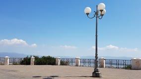 与路灯柱的美好的正方形在一个晴天,在市卡利亚里,撒丁岛意大利 库存图片