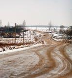 与路的冬天农村风景 免版税库存图片