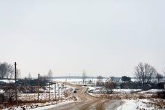 与路的冬天农村风景 免版税库存照片
