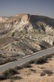 与路的沙漠风景 免版税库存照片